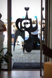 Une oeuvre du sculpteur Hiquily devant la Ferus Gallery