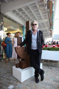 Yves Hayat prend la pose devant une sculpture de Marino di Teana