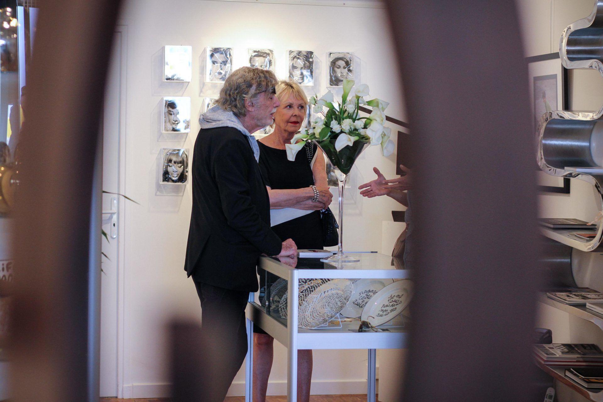 Yves Hayat dialoguant avec une cliente