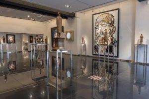 Les sculptures de Jean-Michel Folon entourées d'autres oeuvres